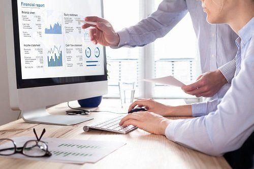 due persone lavorano al computer