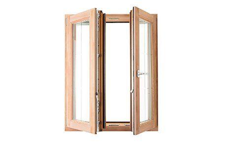 finestra in legno chiaro aperta