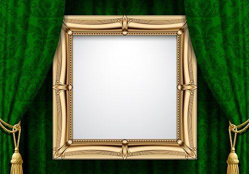 uno specchio con cornice dorata