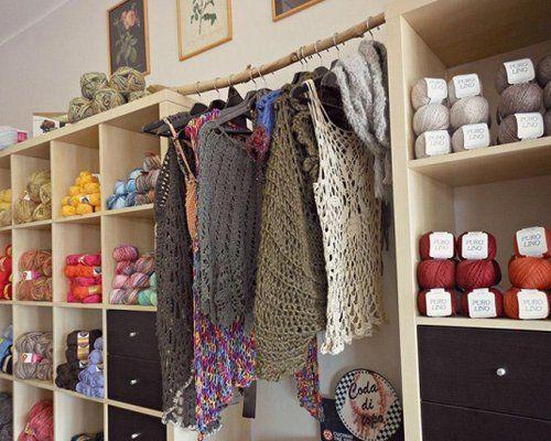 vista laterale di scaffale con Colorato di filati e lana in un negozio di tessuti