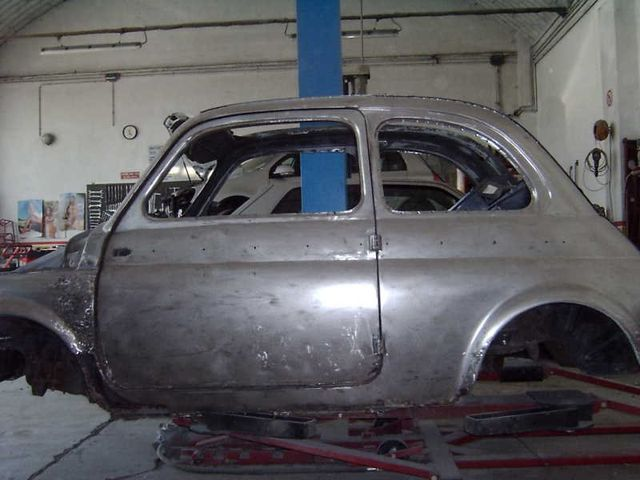 vista laterale di una carrozzeria FIAT in una autofficina