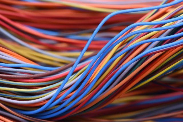 un insieme di cavi in vai colori