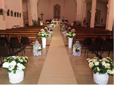 Corridoio di chiesa decorato con fiori