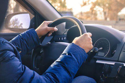 un uomo con le mani sul volante