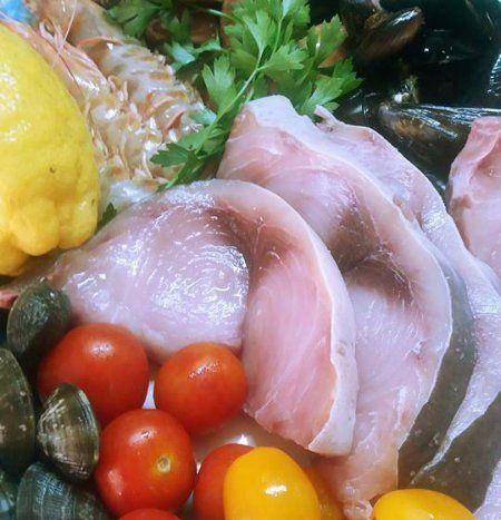 piatto di pesce fresco e frutti di mare