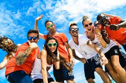 Gruppo di giovani sorridendo per la foto in divertente posa