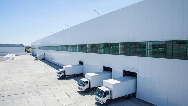 Facciata di un edificio industriale e magazzino con carri merci