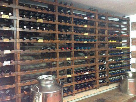 delle bottiglie di vino in un enoteca