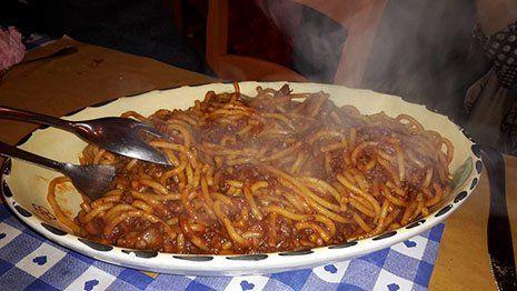 un piatto di spaghetti al ragù