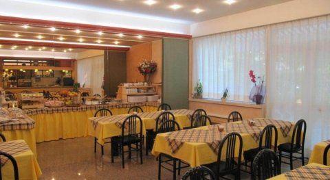sala ristorazione con tavoli