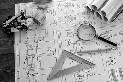 Carte planimetriche con squadra e lente d'ingrandimento