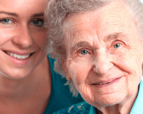 una donna anziana e una donna giovane