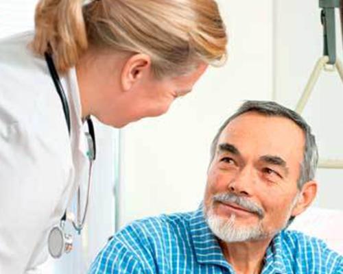 un medico che parla con un paziente