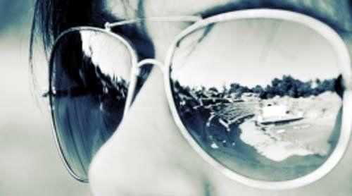 donna con occhiali da sole