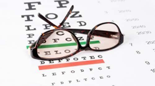 occhiali da vista su un foglio per esame da vista