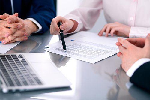Primo piano di mani su un tavolo durante riunione.