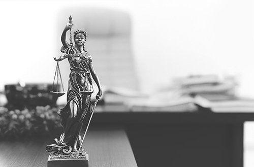 Statuetta in metallo della Dea della giustizia.