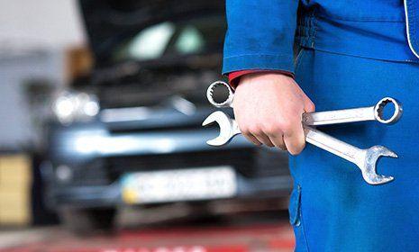 un uomo sta ricaricando una vettura elettrica con un dispositivo inserito nel serbatoio-OFFICINA GIACOMINI SNC -CALCERANICA AL LAGO