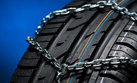 vista ravvicinata di un pneumatico con catene-OFFICINA GIACOMINI SNC -CALCERANICA AL LAGO