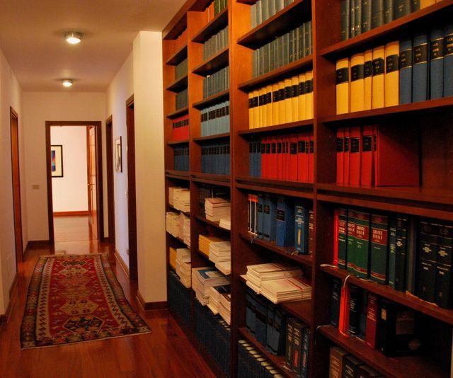 Corridoio, scaffali pieni di libri a destra