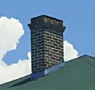 una canna fumaria su un tetto