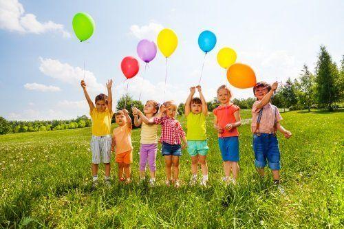 Bambini con palloncini colorati