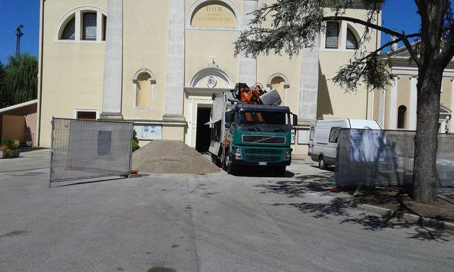 camion di fronte a un cumulo di terra in un piazzale