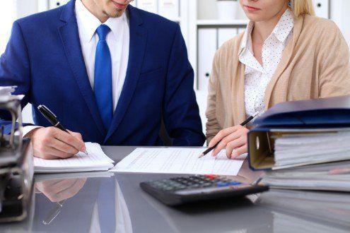uomo e donna che discutono delle analisi aziendali