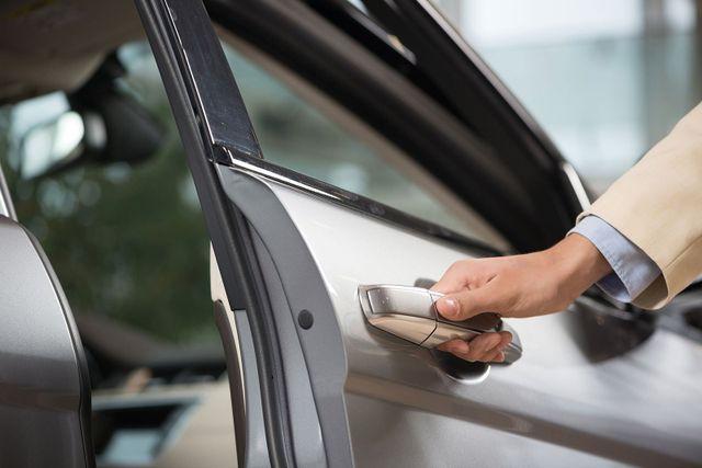 una mano che sta per aprire una portiera di una macchina a Bergamo- PN driverservice