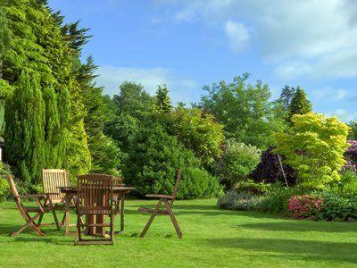 Vista di un giardino con tavolo