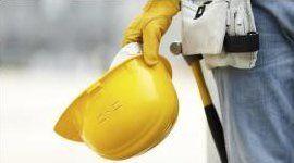 operaio con casco giallo in mano