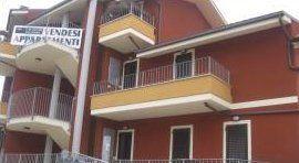 un palazzo con casa in vendita