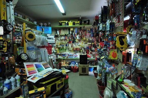 un negozio di ferramenta con scaffali pieni di utensili