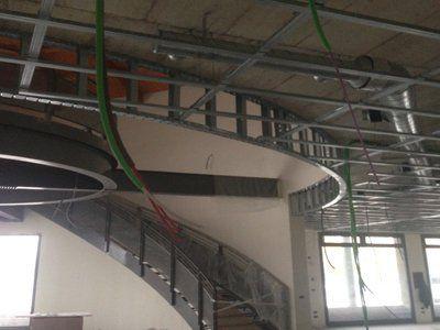 vista di scale e controsoffitti