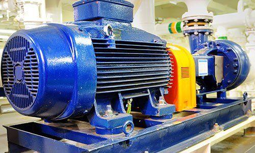 un macchinario industriale di color blu con un convogliatore sulla sinistra