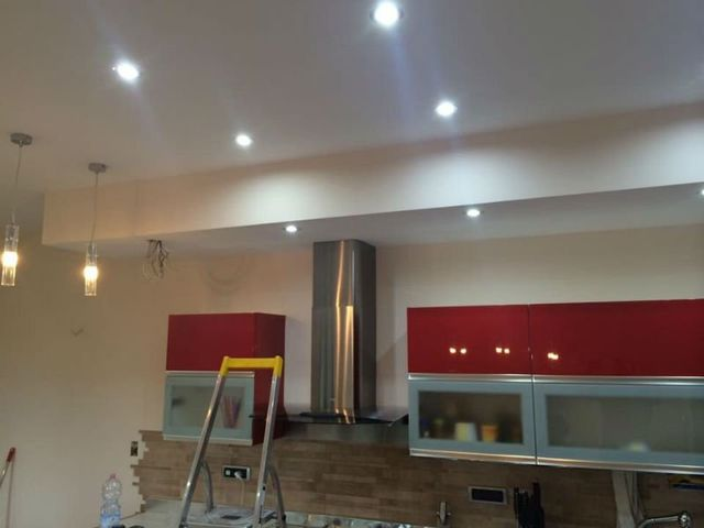 un soffitto di un locale con delle luci