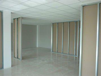 interno di uno stabile con dei pannelli divisori