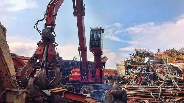 Gru in azione alla Metal Recicling di Moncalieri