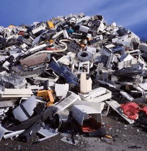 Rottami vari nel deposito della Metal Recicling di Moncalieri