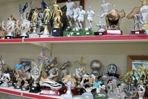 vendita medaglie e trofei di ogni forma e dimensione nel scaffale di negozio