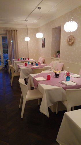 ristorante con tavoli apparecchiati rosa
