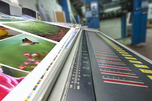 una macchina che stampa volantini