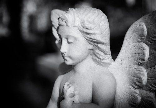 statua di un angelo con le ali in marmo
