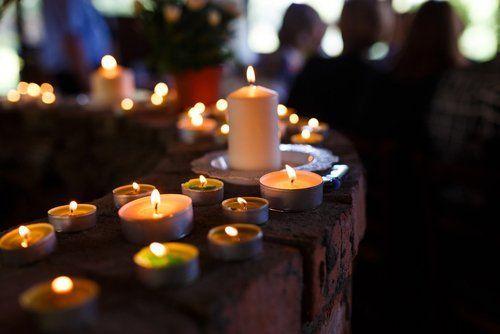 candele fiammanti alla cerimonia funebre
