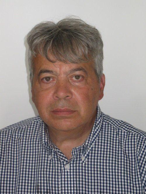 il dottor Giannelli con i capelli grigi e una camicia a quadretti