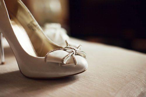 Scarpa elegante da donna, bianca con fiocco