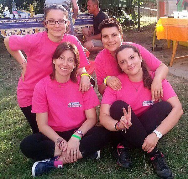 donne con maglia rosa