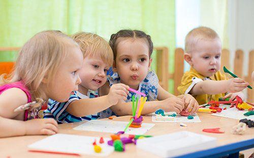 bambini piccoli mentre giocano e disegnano