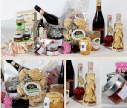 vari tipi di formaggi e bottiglie di vino