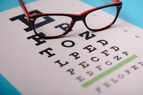 lettere per esame della vista con un paio di occhiali sopra